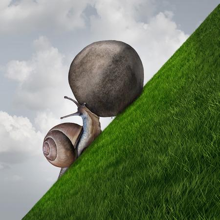 Doorzettingsvermogen symbool en Sisyphus symbool als een bepaald slak duwen van een rotsblok op een gras berg als een metafoor doorzettingsvermogen en vastberadenheid om te slagen.