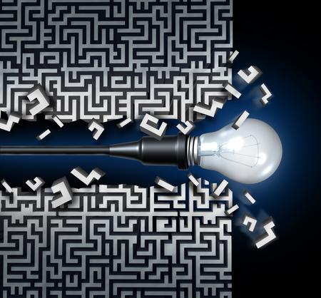Innovatief idee oplossing concept en de nieuwe manier van denken zakelijke symbool als een lamp breekt door een doolhof of labyrint als een icoon van innovatie en uitvinding. Stockfoto