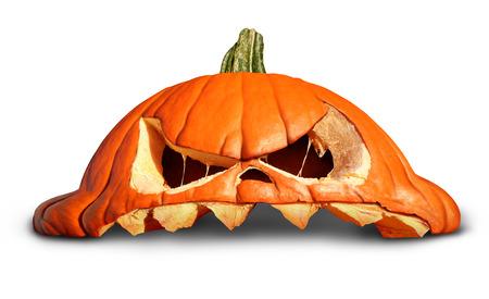 calabaza: Calabaza de Halloween como un gato sonriente naranja roto símbolo o linterna rota sobre un fondo blanco como un concepto de otoño.