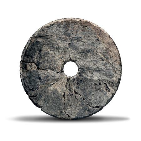 vecchiaia: Oggetto ruota di pietra come una invenzione precoce di epoca preistorica e antico simbolo di tecnologia e innovazione progettato da un uomo delle caverne su uno sfondo bianco. Archivio Fotografico