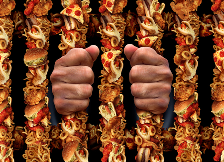 étel: Gyorsétel-függőség és a táplálkozási egészségtelen életmód koncepció aprison rúd alakú készült sült csirke hamburger és a hot dog feldolgozott hústermékek és hasábburgonyával jeleként veszélyeire is csapdába cukor zsír és a só.