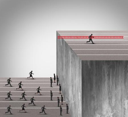 Business-Innovation Vorteil Konzept als eine Gruppe von Geschäftsleuten in einer hohen Mauer Hindernis läuft mit einem cleveren wettbewerbsfähigen Geschäftsmann mit einer Leiter zu klettern und tragen das Werkzeug mit ihm die Konkurrenz der Gelegenheit zu verweigern. Lizenzfreie Bilder
