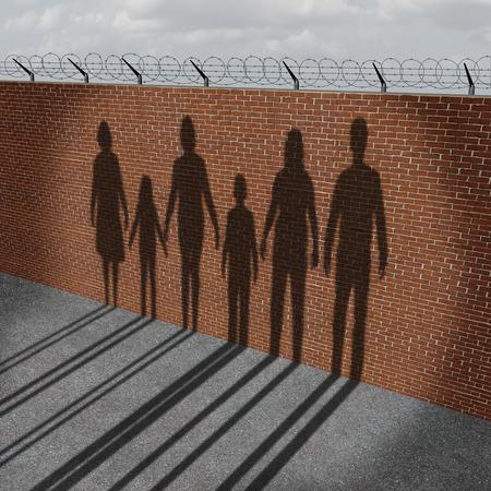 Immigration Menschen auf einer Grenzmauer als soziales Problem über Flüchtlinge oder illegale Einwanderer Krise mit dem Schattenwurf von einer Gruppe von Frauen Männer und Kinder zu migrieren. Lizenzfreie Bilder