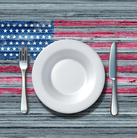 Amerikanische Küche Lebensmittel-Konzept als ein Gedeck mit Messer und Gabel auf einem alten rustick Holztisch mit einem Symbol der Flagge der Vereinigten Staaten als ein Symbol der traditionellen Familie essen in Amerika.