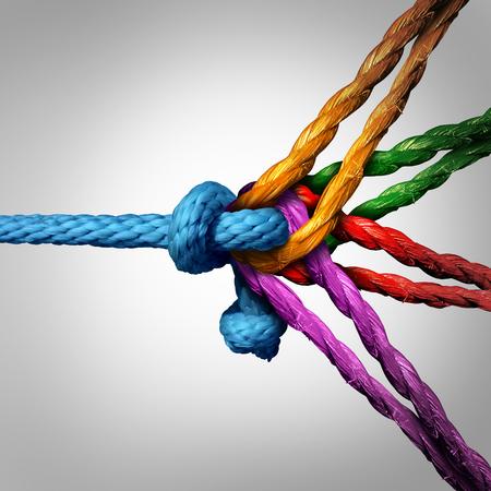 nudos: Concepto de grupo Connected tantas cuerdas diferentes atados y unidos como una cadena irrompible como una confianza de la comunidad y la met�fora fe de la dependencia y la dependencia de los socios de confianza para el equipo y trabajo en equipo de apoyo y fuerza. Foto de archivo