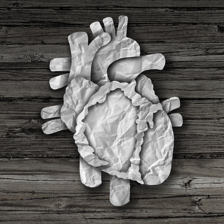 human heart: Concepto de órgano Corazón humano como una anatomía circulatorio de papel arrugado corte en madera rústica de edad como un símbolo médico de atención médica de una parte del cuerpo interno cardiovasculares.