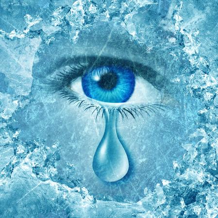 ojos llorando: Winter blues de trastorno afectivo estacional o depresión y la ansiedad temporada gris solitaria fría y el concepto de crisis emocional como un globo ocular humano llorar una lágrima detrás de capas de hielo como una metáfora de la tristeza. Foto de archivo