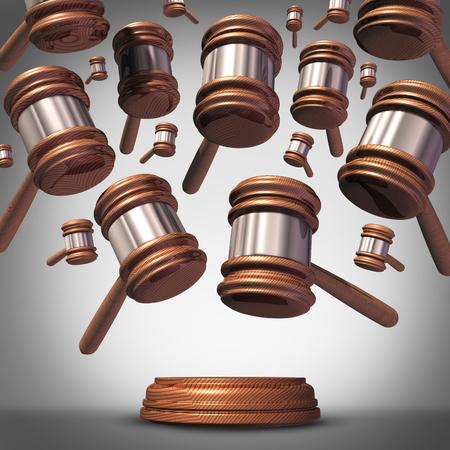 accion: demanda colectiva concepto como un grupo representado por la demandante muchos mazos juez o iconos de martillo que bajan como un símbolo para el litigio social o legal legislación organizada. Foto de archivo