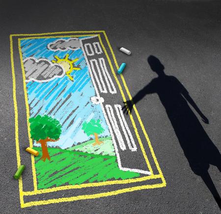 dibujo: Niñez concepto de oportunidad y el símbolo de la imaginación infantil como una sombra de un niño mirando hacia abajo en un pavimento con un dibujo de tiza de una puerta abierta con un paisaje soleado verde como una metáfora de descubrimiento para el éxito del aprendizaje y la esperanza futur.