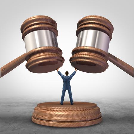 negociacion: Resolución de un conflicto y mediar en las disputas legales en el negocio como un concepto con un hombre de negocios o un abogado que separa dos mazos juez o martillo como competidores en el arbitraje.
