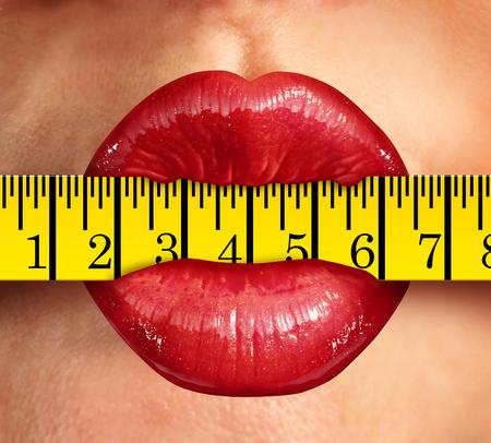 cinta metrica: concepto de pérdida de peso con los labios de mujer morder en un símbolo de alimentos y la dieta cinta métrica como una metáfora de la condición física y un estilo de vida saludable baja en grasa con el ejercicio y la nutrición. Foto de archivo
