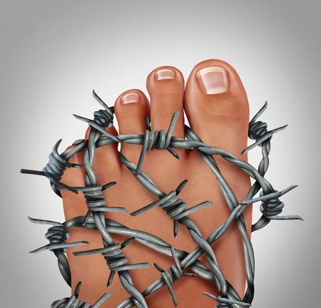 pena: Dolor del pie podología concepto médico como un símbolo para la inflamación dolorosa o lesión en el pie como un grupo de alambre de púa afilada envuelta alrededor del pie humano anatomía.