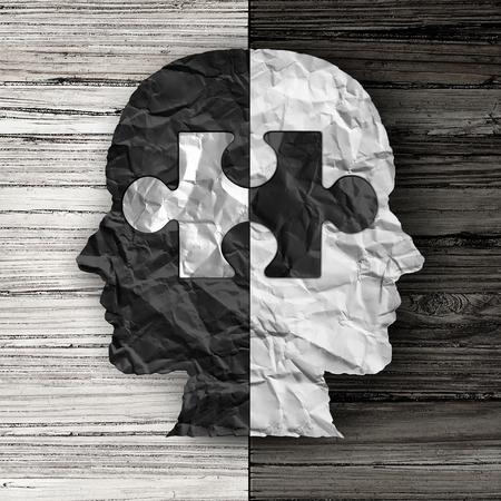 justiz: Rassen ethnische soziale Frage und die Gleichstellung Konzept oder kulturelle Gerechtigkeit Symbol als schwarz und wei� zerknittertes Papier geformt wie ein menschlicher Kopf auf alten rustikalen Holz Hintergrund mit einem Puzzle-St�ck als Metapher f�r soziale Rasse Fragen.
