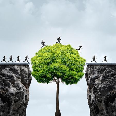 Affärsmöjlighetskoncept som en grupp affärsmän som utnyttjar ett högt träd som vuxit i tid för att skapa en bro för att korsa över och knyta två separata klippor som en motivationsmetafor för ekonomiskt tålamod och opportunism Stockfoto