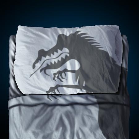 ansiedad: Pesadilla y de noche sueño concepto de miedo como una sombra proyectada de un monstruo espeluznante en una cama con una almohada en un colchón como un símbolo de la ansiedad o el estrés del sueño de la niñez de acostarse. Foto de archivo
