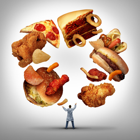 Voedingsdeskundige arts of diëtist en diëtist professionele ongezond voedsel concept als een medische arts jongleren lage voedingswaarde generic vette snacks als een voedingsdeskundige eetgewoonte advies.