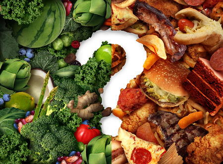 Nutrizione idea confusione e concetto decisione dieta e scelte alimentari dilemma tra sano buona frutta e verdura fresca o colesterolo grassa ricca di fast food come un punto interrogativo cercando di decidere cosa mangiare. Archivio Fotografico