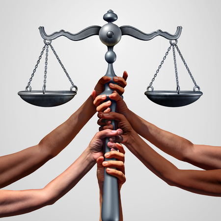 Soziale Gerechtigkeit Konzept oder Sammelklage als eine Gruppe von verschiedenen ethnischen Menschen Hände, die ein Gericht Recht Maßstab als Metapher für globale Gerechtigkeit und Gleichheit in der Gesellschaft mit 3D-Darstellung Elemente zu halten.