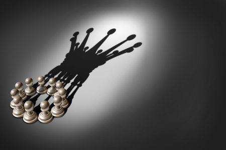 Concepto de negocio Concepto de equipo y grupo de liderazgo como una compañía organizada de piezas de peón de ajedrez que unen fuerzas y trabajan juntas y como una de acuerdo para lanzar una sombra en forma de rey corona 3D. Foto de archivo