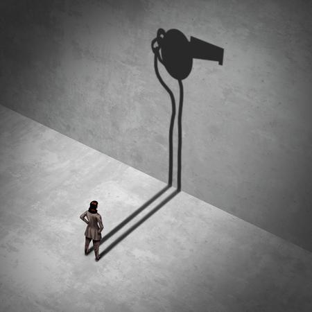 女性の内部告発者と職場の法的苦情は、3Dイラスト要素を持つ露出労働犯罪のメタファーとして笛の影で立っている女性として。 写真素材