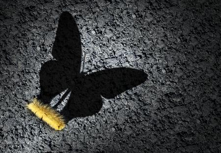 Aspirationskonzept und Ehrgeizidee als Raupe, die einen Schatten eines Schmetterlings als eine Leistung wirft und auf ein zukünftiges Erfolgssymbol mit 3D-Illustrationselementen hofft.