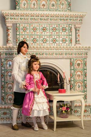 vestidos antiguos: Los niños y niñas en la ropa vieja por el fuego