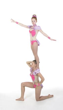 gogo girl: Studio filmt zwei Mädchen mit Akrobatik. Studio shot auf weißem Hintergrund, isoliert Bild.