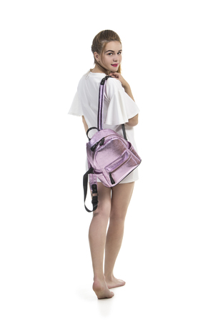 4097ec3d936b30  83320749 - Blootvoets meisje in een de zomerkleding het stellen in Studio  op witte achtergrond Het geïsoleerde beeld