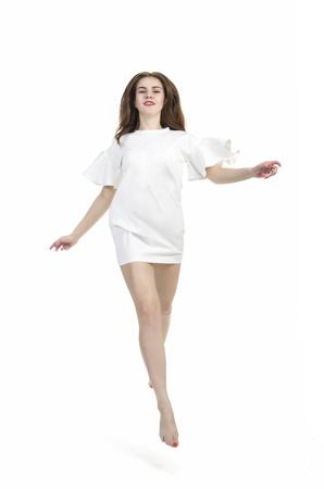 fa11497579f0d4  83608787 - Blootvoets meisje in een de zomerkleding het stellen in Studio  op witte achtergrond Het geïsoleerde beeld