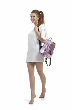 caceed90b906cc  83608785 - Blootvoets meisje in een de zomerkleding die in Studio op witte  achtergrond stellen Het geïsoleerde beeld