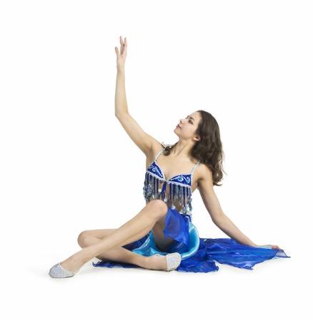 Lächelndes Mädchen, das den Osttanz tanzt Die Leistung auf dem Stadiumsbauchtanzen. Das Schießen im Studio auf weißem Hintergrund lokalisierte Bild. Standard-Bild - 90520308