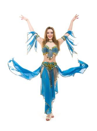 Chica atractiva bailando bailarina de vientre sobre fondo blanco aislado. Foto de archivo