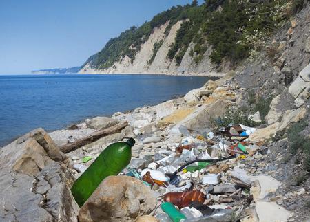 mundo contaminado: Muy contaminado playa. Basura en el concepto ecológico playa del mar Foto de archivo