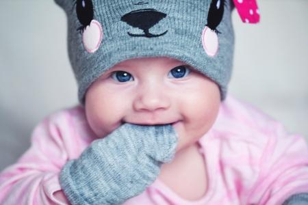 the mittens: Beb� reci�n nacido lindo en un sombrero gris rat�n y mitones