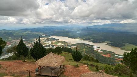 Breed zicht met storm en regenwolken van de berg lang biang in Da-lat, Vietnam