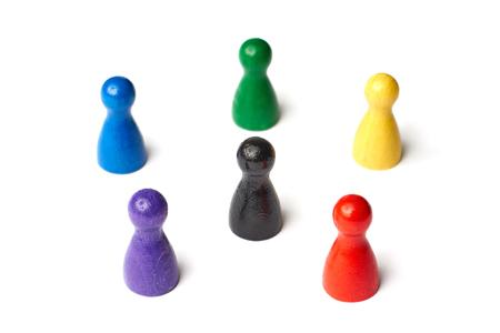 黒円の中に立っているゲームの六つの数字は、真ん中の図します。カラー ホイールまたは人やチームワークのグループのシンボル 写真素材