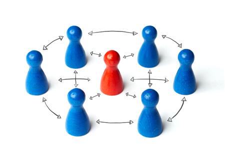 途中で赤図。リーダーシップ、チームワークやグループの事業コンセプトです。白い背景に分離 写真素材