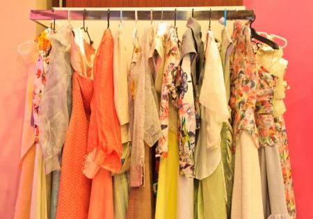 ropa colgada: ropa de diferentes colores en perchas