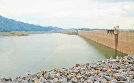 Khundanprakanchon dam,Compacted concrete dam in Thailand and is the longest grind in the world With a total length of 2720 meters, the 93 meters high water capacity 224 million cubic meters Banco de Imagens - 16731857