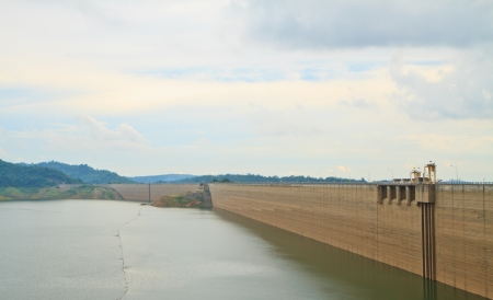 Khundanprakanchon dam,Compacted concrete dam in Thailand and is the longest grind in the world With a total length of 2720 meters, the 93 meters high water capacity 224 million cubic meters  Banco de Imagens