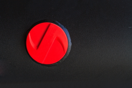 gas cylinder: Cierre de tapa roja de un cilindro de gas negro Foto de archivo