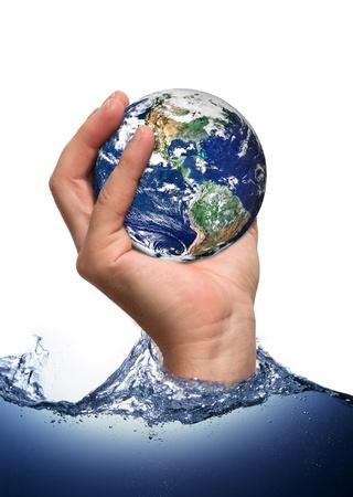 ahorrar agua: Nuestra madre tierra en mano humana Foto de archivo