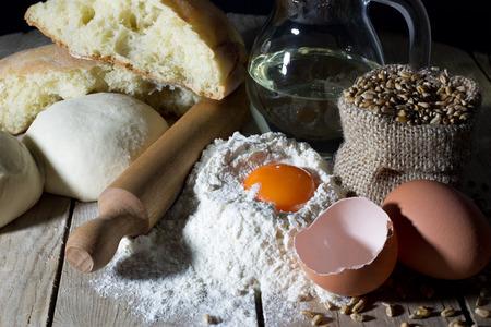 making bread: Masa, Pan de molde y de ingredientes para hacer pan en la mesa de madera Primer