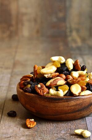 Gedroogde vruchten en noten mix in een houten kom.