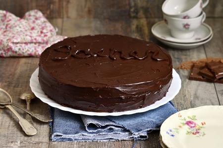 """Schokoladenkuchen """"Sacher"""", österreichische Küche. Standard-Bild - 35924256"""