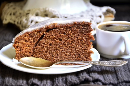 decoracion de pasteles: El chocolate y la cerveza pastel con glaseado de yogur sobre fondo negro.