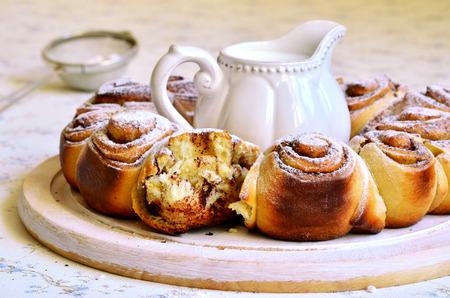 levadura: Bollo levadura con canela para un desayuno.