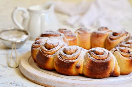 levadura: Bollos de levadura con canela para un desayuno. Foto de archivo
