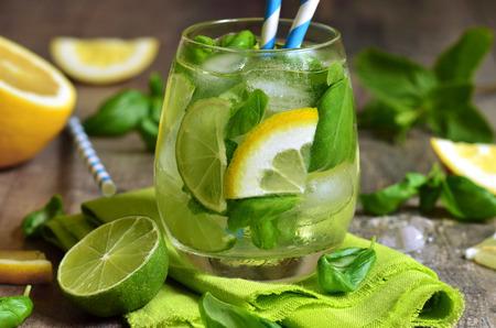 Basil limonade - koude zomer drankje. Stockfoto - 39764404