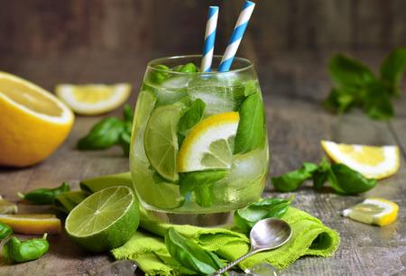 lemonade: Albahaca limonada - bebida de verano frío.